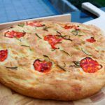 pan a la parrilla con tomates encima
